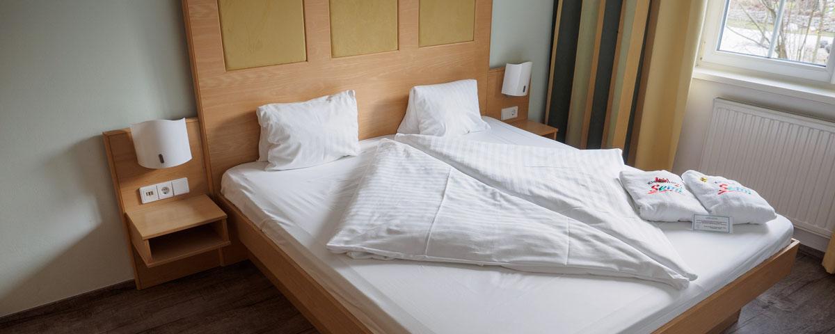 Schlafzimmer und Bett im Familienzimmer des Hotels Xylophon in Lutzmannsburg