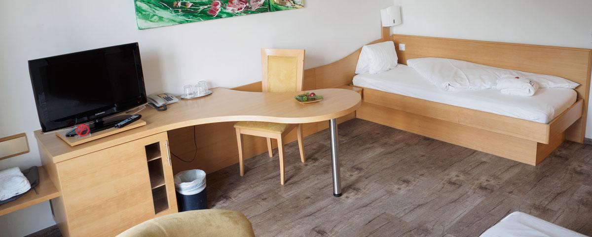 Arbeitsbereich und zusätzliches Bett im Familienzimmer im Hotel Xylophon in Lutzmannsburg