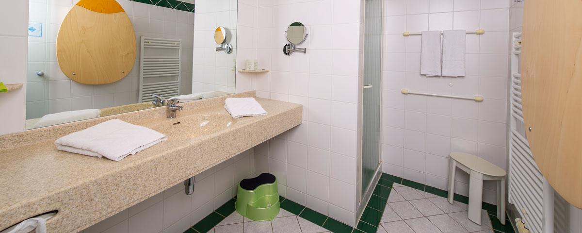 offenes Badezimmer im Apartment des Hotel Xylophon in Lutzmannsburg
