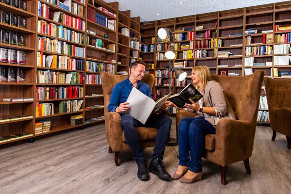 abschalten beim Lesen in der Bibliothek des Hotel Xylophon bei der Sonnentherme Lutzmannsburg