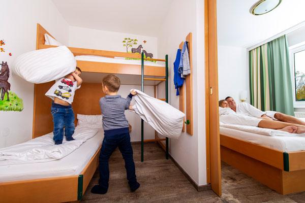 Familienzimmer mit Stockbett im Hotel Xylophon in Lutzmannsburg