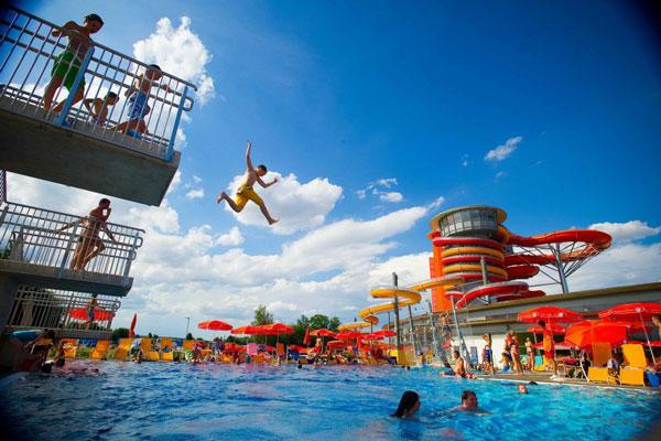 Außenbereich Sprungturm Spaß Action Sonnentherme Lutzmannsburg beim Hotel Xylophon